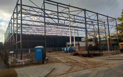Staalconstructie gereed bedrijfshal te Zwijndrecht